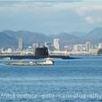 浮上航行する潜水艦