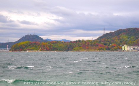 海に浮かぶ紅葉した山